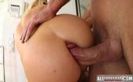 Sexo anal em hd com uma loirona gostosa pra caralho que fode loucamente com dois caras bem dotados do caralho