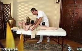 Comedor fazendo massagem na loirinha destroi ela com pressao cine casadas