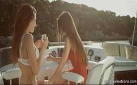 Mallandrinhas.com onde duas lindas novinhas se pegam de jeito bem gostoso em cima de uma lancha
