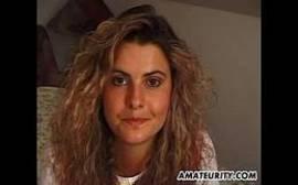 Porno ninfetas com uma gatinha do cabelo crespo que é um tesão em cima da cama onde ela adora ficar se contorcendo todinha na siririca