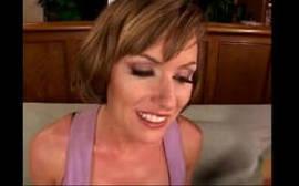 Casada safada do sorriso encantadora trepando no sofá
