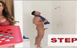 Gostosa dando uma bisbilhotada no seu primo bombado tomando banho