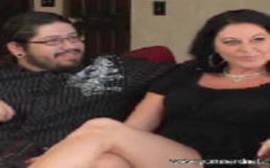 Sexo no sofa com uma morena coroa e casada dando para dois