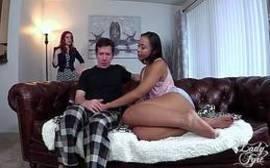 Video porno de sexo grupal com uma negra e uma bela ruiva