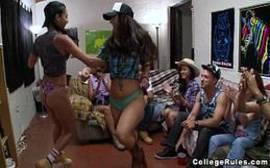 Videos de sexo no meio da sala com um monte de novinhas bem sem vergonhas mesmo se divertindo para valer