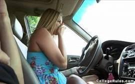 Videos porno com uma loira safadinha lambendo rola com tudo dentro do carro