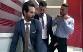 Videos porno gays de um cara safado transado com dois no banheiro do trabalho