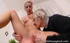 Videos pornos com novinha safada metendo com o seu vovô