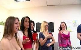 Xnxx com um monte de novinhas safadas se divertindo em uma festinha