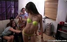 Xvídeos com um monte de novinhas gostosas se pegando no meio da sala
