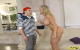 Brandi Love atacando novamente a rola de um novinho sortudo