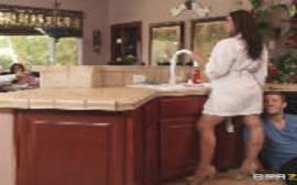 Brazzers network sexo na cozinha com a morena casada