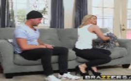 Brazzers porn comendo uma loira gostosa no sofá