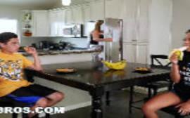 Filme porno em hd da morena seduzindo um novinho com uma banana na boca