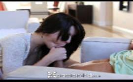 Gulosona caindo de boca na piroca do malandro em filme porno