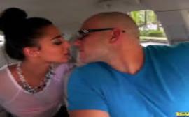 Latina safada querendo fazer sexo no carro com seu macho