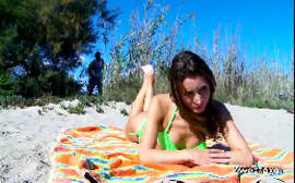Metendo gostoso com uma magrinha linda no meio da praia