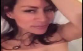 Morena gata toda pelada se siriricando em um vídeo do whatsapp