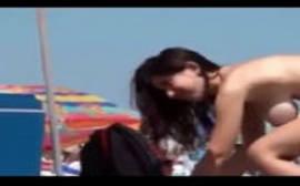 Morena safada na praia fazendo top less