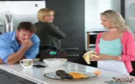 Mulher fazendo sexo na cozinha com o namorado de sua filha em um porno do spankbang