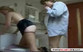 Pornobengala comendo a irmã safada no banheiro