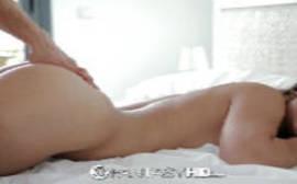 Rabudinha empinando a bunda em cima da cama para levar pau