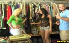Sexo dentro de uma loja com a vendedora de roupas