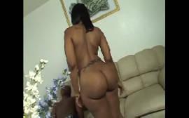 Sexo sensual com uma morena cavalona da bunda grande