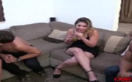 Duas loiras taradas bêbadas chupando pau