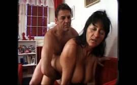 Esposa cachorra na putaria com marido safado no sofá da sala