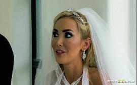 Filmou a noiva gostosa batendo um boquete até o noivo gozar na cara dela