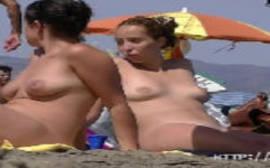 Francesas safadas brincando de fazer top lass na praia de nudismo