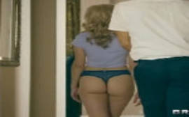 Jade Amber loirinha magrinha de bunda redondinha dando a buceta em um porno gratis