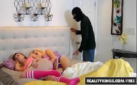 Ladrão safado comendo duas prostitutas em cima da cama com tudo