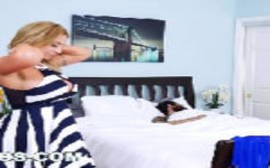 Loira cachorrona trepando com o namorado de sua irmã enquanto ela dorme no melhor do porno bangbros