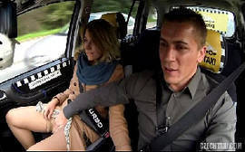 Loira dando pro taxista em um porno americano do fake taxi