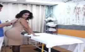 Mamãe rabuda dando para o massagista bem dotado da porra em um vídeo de sexo com bundudas