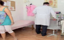 Médico safado se aproveitando da morena gostosa para dar uma boa estuprada nela com tudo