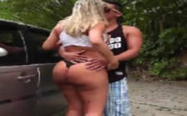 MILF Brasileira do Rabo Gigante Fodendo no Pelo com o safado na frente do carro