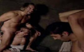 Mulher gostosa fodendo com outro cara bem na frente do marido corno em um puta cena de voyeur