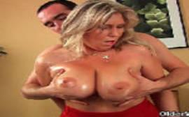 Mulheres fazendo sexo com coroa dos peitos grandes que parece uma vaca leiteira
