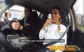 Passageira safafada da em cima de seu taxista