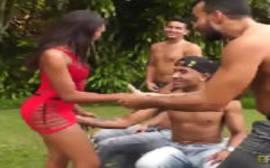 Porni com a morena safada dando para os novinhos bem dotados em um porno carioca em grupo