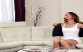 Revistas gratis de sexo com essa bela novinha gata fodendo na sala com seu primo