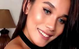 Sexk com uma transexual lindo que adora ficar se exibindo em frente a sua webcam