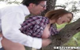 Sexo gostoso no meio da floresta com uma ruiva da buceta rosada que tem cara de bandida