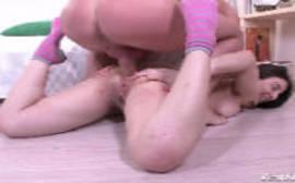 Sexo no chão com uma morena bem rabuda que adora fazer putaria para o sexlog