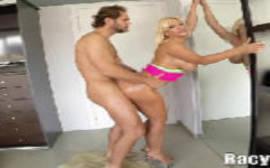 Sexo no quarto com Blonde Fesser que fica de quatro empinadinha encostada na mesa em um porno de famosas nuas