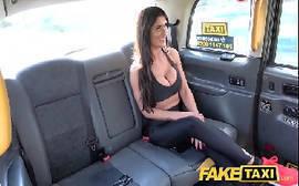 Taxi fake com essa morena novinha que tem um corpinho delicioso dando uma boa trepada