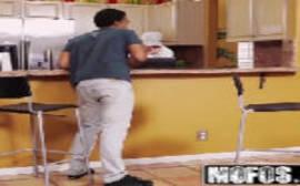 Videos de porno grátis com a safada transando na cozinha com o amigo de seu marido